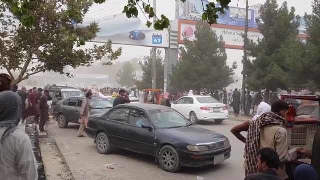 vídeos y material grabado en eventos de stock de the taliban forces on tuesday, aug. 17, dispersed the afghan crowd who forcibly tried to enter kabul airport. after the taliban's rapid takeover of... - kabul