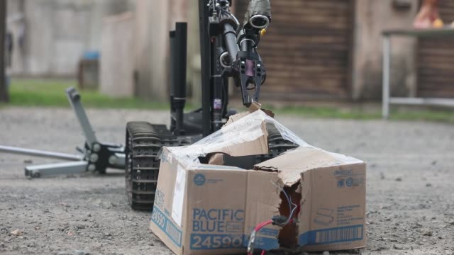 stockvideo's en b-roll-footage met the talon, an explosive ordnance disposal robot, surveys the scene of a simulated improvised explosive device during a simulated continental united... - bom