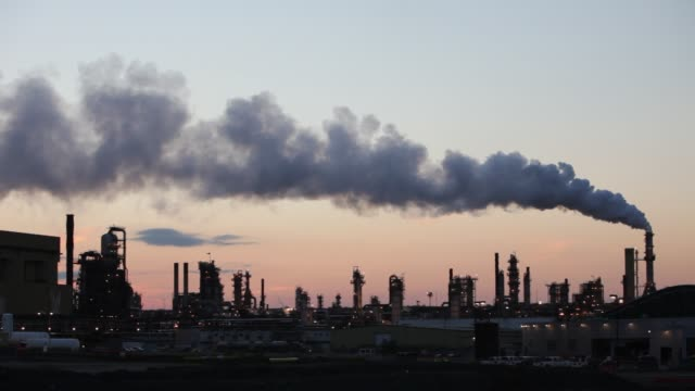 vídeos de stock, filmes e b-roll de the tar sands upgrader plant at the syncrude mine north of fort mcmurray, alberta, canada, at sunset. the tar sands are the largest industrial... - gás estufa