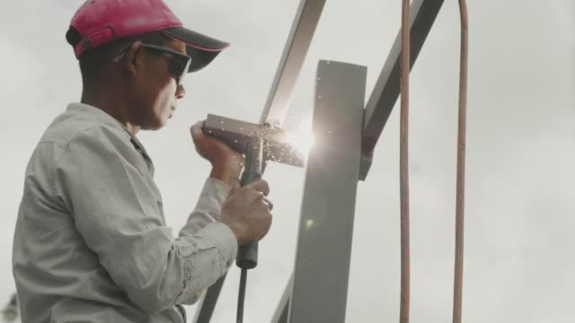 技術者はステンレス鋼を溶接している。 - 機械部品点の映像素材/bロール