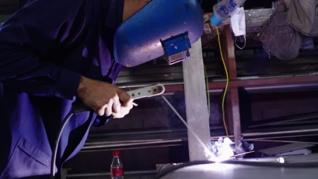 技術者はステンレス鋼を溶接している。 - ステンレス点の映像素材/bロール