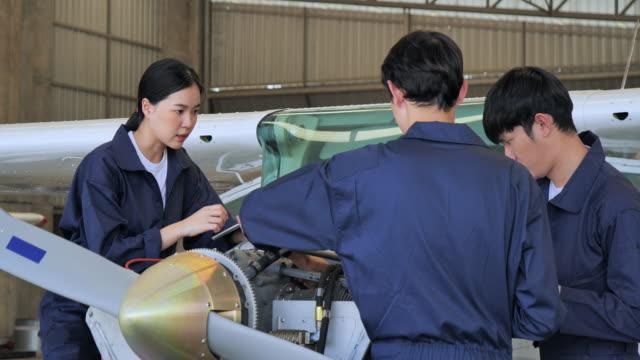 der techniker plant und führt die flugzeugreparatur im inneren des flugzeugsammlers durch. - luftfahrzeug stock-videos und b-roll-filmmaterial