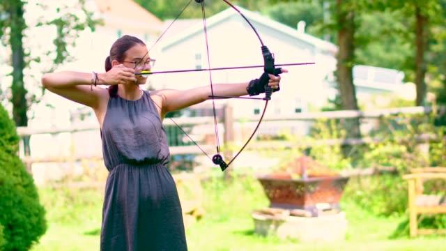 stockvideo's en b-roll-footage met het tiener meisje beoefenen van boogschieten - alleen tienermeisjes