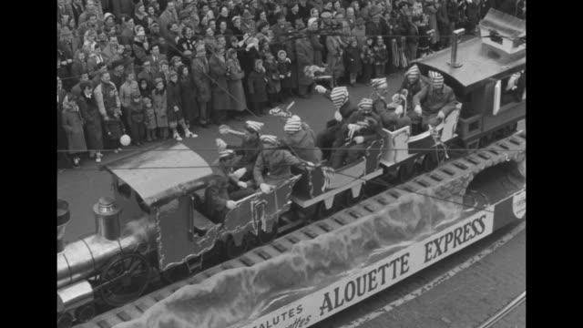 vidéos et rushes de cu the telegram newspaper headline of edmonton eskimo's victory in grey cup championship / vs baton twirlers bands signs floats marchers with... - char de défilé