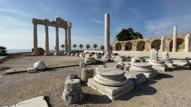 vídeos de stock e filmes b-roll de the temple of apollo ancient ruins in side, antalya, turkey 4k stock video - arqueologia