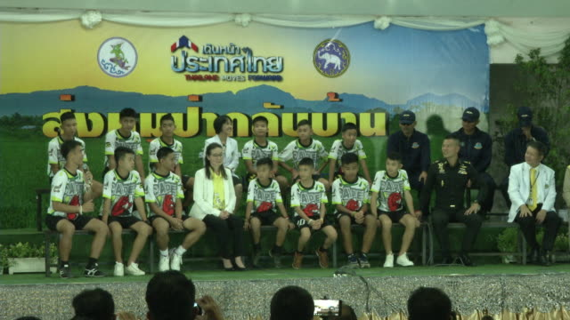 vídeos de stock e filmes b-roll de the tham luang boys speak at a press conference in chaing rai after being released from the hospital divers evacuated the 13 boys trapped in a... - cultura tailandesa