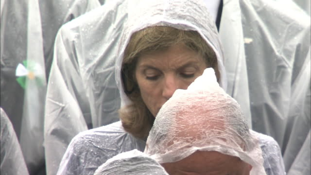vidéos et rushes de the then united states ambassador to japan caroline kennedy praying silently at hiroshima peace memorial ceremony on the 69th atomicbomb day of... - arme de destruction massive
