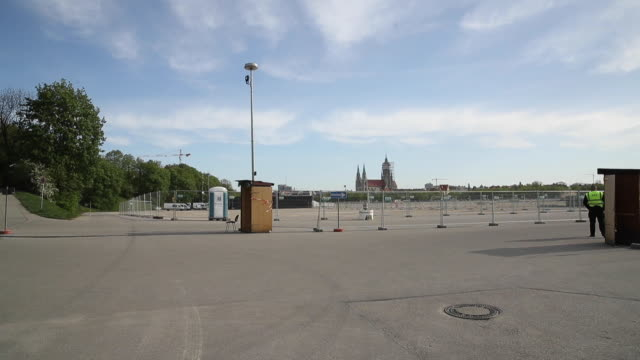 the theresienwiese meadow, site of the annual oktoberfest beer fest, at sun rise on april 21, 2020 in munich, germany. according to media reports... - politik stock-videos und b-roll-filmmaterial