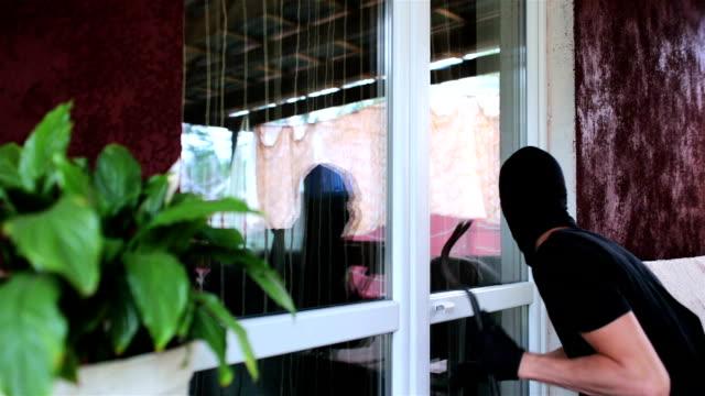 vídeos y material grabado en eventos de stock de el ladrón entra en la casa. - ladrón de casas