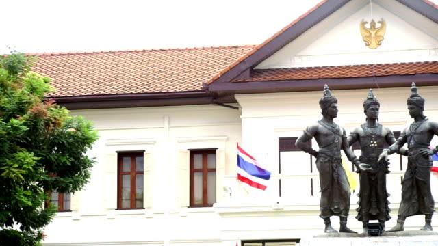 3 王碑は、タイの芸術とチェンマイ、タイ文化センターの正面に位置しています。 - 夏休み点の映像素材/bロール