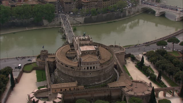 the tiber river flows past the castel sant'angelo in rome, italy. - テベレ川点の映像素材/bロール