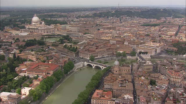 the tiber river flows past the castel sant'angelo in rome, italy. - サンタンジェロ橋点の映像素材/bロール