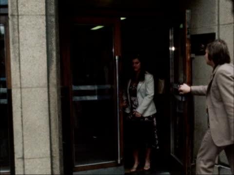 vidéos et rushes de 'the times' journalists vote to strike: nuj members leave meeting; england: london: ext nuj representatives including strike leader jake ecclestone... - newspaper strike