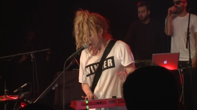 vidéos et rushes de the ting tings brought their new wave indie pop rock sound to jbtv with their song, 'hands.' - rock moderne