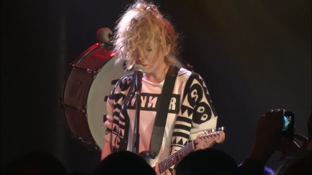 vidéos et rushes de the ting tings brought their new wave indie pop rock sound to jbtv with their song, 'do it again.' - rock moderne