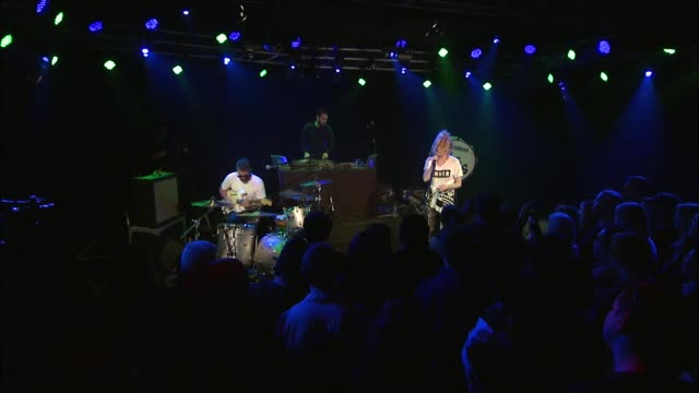 vidéos et rushes de the ting tings brought their new wave indie pop rock sound to jbtv with their song, 'super critical.' - rock moderne