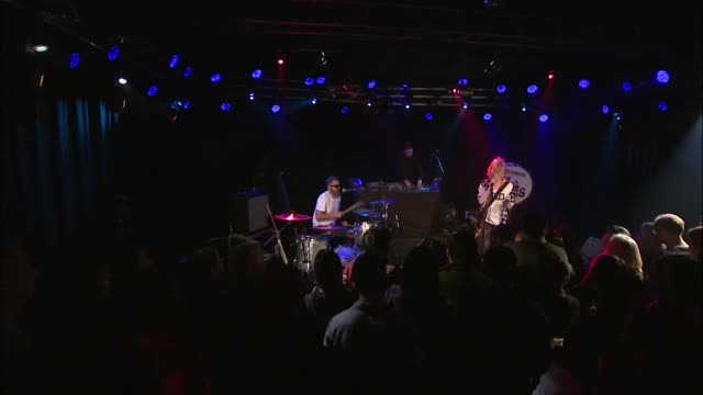 vidéos et rushes de the ting tings brought their new wave indie pop rock sound to jbtv with their song, 'communication.' - rock moderne