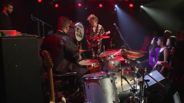 vidéos et rushes de the ting tings brought their new wave indie pop rock sound to jbtv with their song, 'shut up and let me go.' - rock moderne