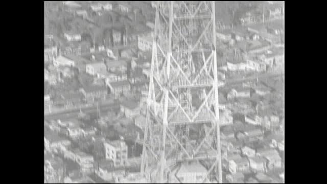 vidéos et rushes de the tokyo tower dominates shiba park and the adjacent neighborhood. - format vignette