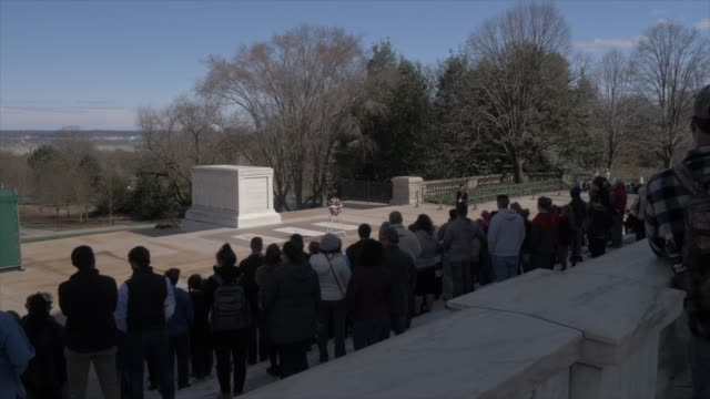vídeos de stock e filmes b-roll de the tomb of the unknown soldier in arlington national cemetery during springtime, washington dc, united states of america, north america - cemitério nacional de arlington