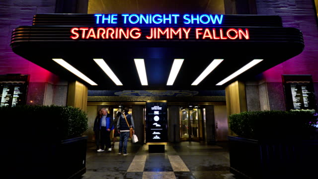 vídeos y material grabado en eventos de stock de the tonight show entrance - television show