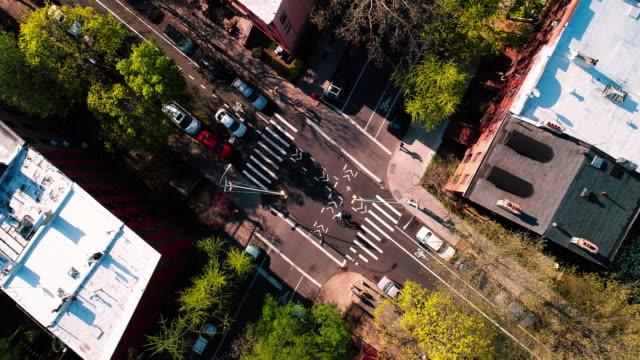 ブルックリン、ニューヨークの街の通りの交差のビューの上に直接トップ - ニューヨーク州 ブルックリン点の映像素材/bロール