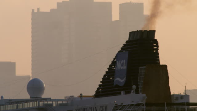 the top of a cruise ship spews exhaust into the environment. - nave passeggeri video stock e b–roll