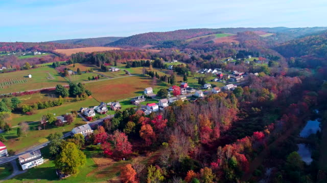 vídeos de stock e filmes b-roll de the top view on the road in the small town kunckletown, poconos, pennsylvania, with fall foliage. aerial drone video. - appalachia