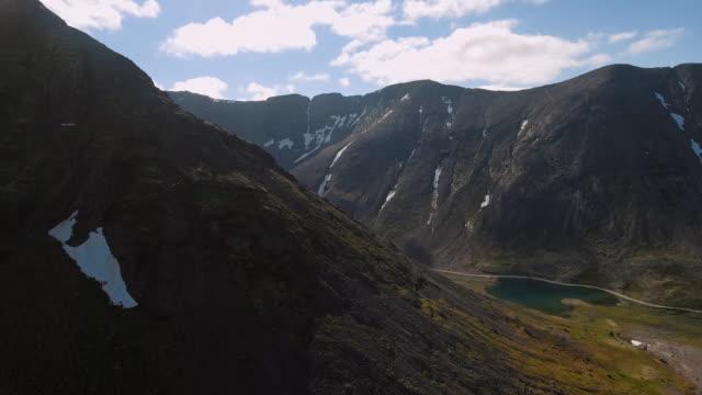 Die Spitzen der Berge, Chibiny und bewölktem Himmel.