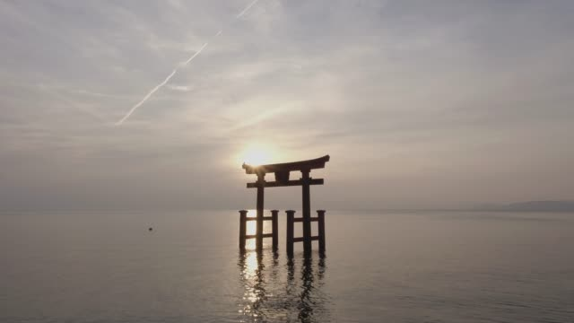 vídeos y material grabado en eventos de stock de the torii gate of shirahige-jinja shrine(famous place for sunrise) floating in biwa lake, takashima, shiga prefecture, japan - columna arquitectónica