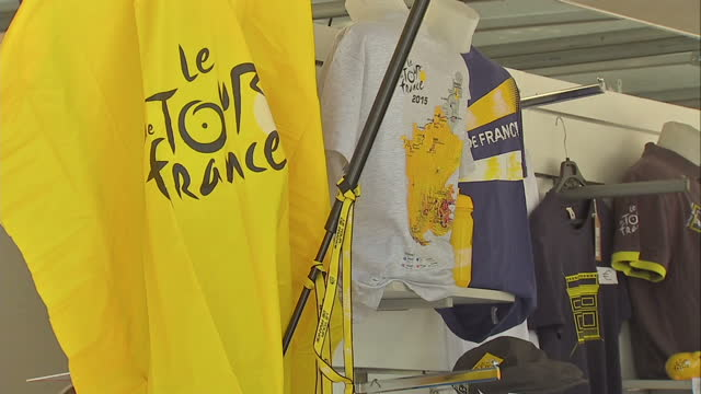 the tour de france to finish in paris with chris froome wearing the yellow jersey. shows exterior shots official tour de france boutique selling... - tour de france stock-videos und b-roll-filmmaterial