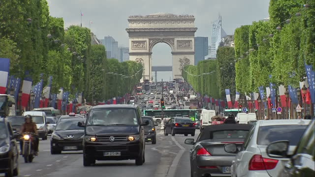 vídeos y material grabado en eventos de stock de the tour de france to finish in paris with chris froome wearing the yellow jersey shows exterior shots the arc de triomphe in the distance along the... - arco del triunfo parís