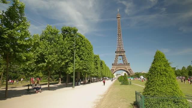 the tour eiffel in paris - エッフェル塔点の映像素材/bロール