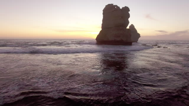 vídeos de stock, filmes e b-roll de the tourist destination twelve apostles along the great ocean road. - david ewing