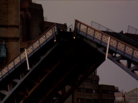 the tower bridge drawbridge lowers. - drawbridge stock videos & royalty-free footage