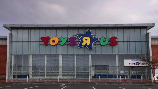 the toys r us store in cardiff bay, wales, uk, which is one of 100 to close after the chain retailer failed to find a buyer after going into... - negozio di giocattoli video stock e b–roll