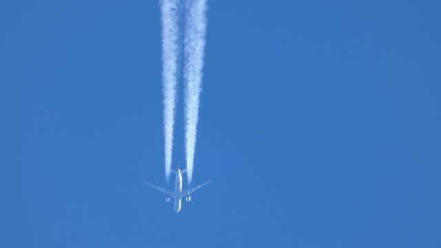 die spur des flugzeuges am himmel - motor stock-videos und b-roll-filmmaterial