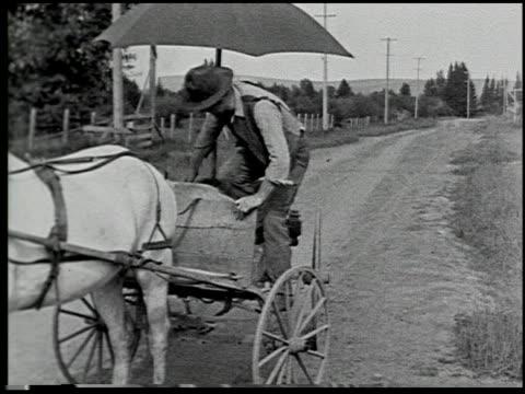 vídeos de stock e filmes b-roll de the trader keeps moving - 7 of 16 - veja outros clipes desta filmagem 2482