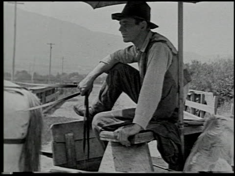 vídeos de stock e filmes b-roll de the trader keeps moving - 9 of 16 - veja outros clipes desta filmagem 2482