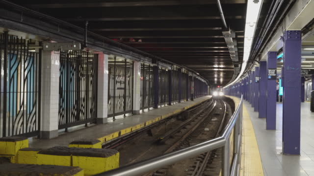 vidéos et rushes de le train est arrivé à la station de train du world trade center déserte en raison de l'éclosion de coronavirus covid-19. new york city, etats-unis. - station de métro