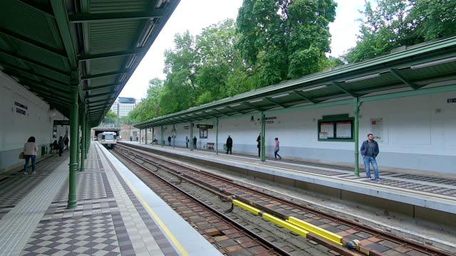 列車はウィーンの地下鉄駅に到着します。オーストリア。 - オーストリア点の映像素材/bロール
