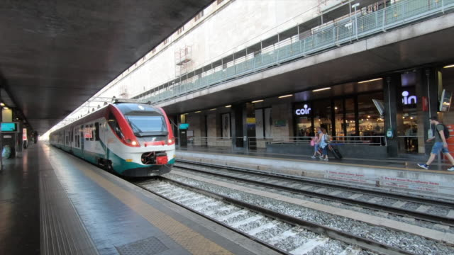 the train arrives at the train station in rome, italy, europe. - slow motion - stazione ferroviaria video stock e b–roll
