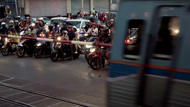 die zugüberquerungsstrecke in bangkok, thailand, wo menschenam abendliche die straße überqueren - bahnreisender stock-videos und b-roll-filmmaterial