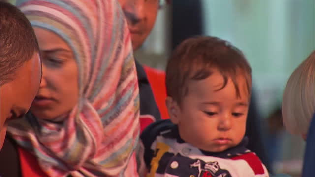 the train station in budapest has become a focal point for the chaos and confusion that faces families trying to reach europe. nights are spent on... - 2015 stock-videos und b-roll-filmmaterial