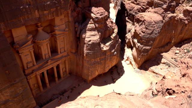 die antike stadt treasury von petra, jordanien - canyon stock-videos und b-roll-filmmaterial