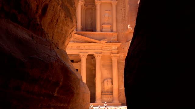 vídeos de stock e filmes b-roll de the treasury of petra ancient city, jordan - petra