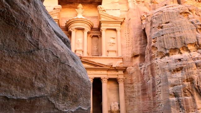 vídeos de stock, filmes e b-roll de o tesouro da antiga cidade de petra, jordânia - rocha