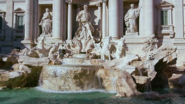 the trevi fountain statues, rome, italy - fontana struttura costruita dall'uomo video stock e b–roll