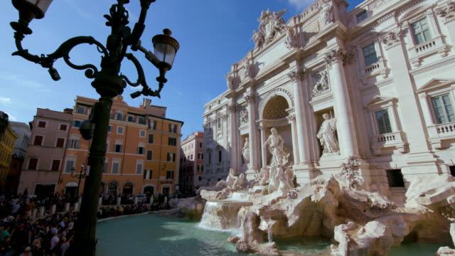 the trevi fountain & tourists, rome, italy - fontana struttura costruita dall'uomo video stock e b–roll