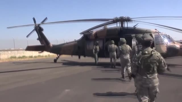 vídeos y material grabado en eventos de stock de the turkish and u.s. armed forces on thursday started their fourth joint helicopter flight for a planned safe zone east of the euphrates river in... - siria